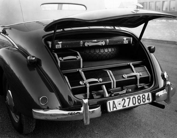 Frühjahrsmesse, Wien, Mercedes-Benz Typ 230, Ansicht in den Kofferraum.
