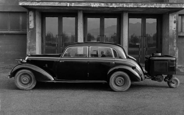 Mercedes-Benz Typ 230, 55 PS, Limousine mit Holzvergaser als Anhänger, Bauzeit: 1938 bis 1943.