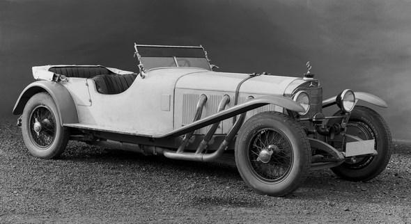 Der Mercedes-Benz Typ S entsteht 1927. Bis zum Produktionsende im September 1928 werden 146 Einheiten gebaut. Nicht alle Exemplare finden sofort einen Käufer, sodass der Typ S noch bis 1930 in den Preislisten geführt wird und aus Lagerbestand lieferbar ist. Zu dieser Zeit nichts Ungewöhnliches, da oft Chassis vorgehalten werden, die auf Kundenbestellung von einem Karosseriebauer ein individuell geschneidertes Blechkleid bekommen. Damit Fahrer und Beifahrer bei einem Motorsportwettbewerb schneller ein- und aussteigen können, ist bei diesem Tourenwagen die Karosserie hinter der Frontscheibe leicht heruntergezogen. Die hinteren Plätze sind eher für Ausflugsfahrten vorgesehen und daher ganz konventionell durch eine schmale Tür erreichbar.