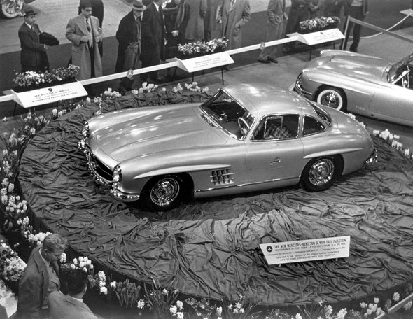 """International Motor Sports Show in New York, 06.-14.02.1954. Vorstellung der Mercedes-Benz Sportwagen - Typen 300 SL und 190 SL. Der 300 SL Flügeltürer auf Max Hoffmans Stand der """"International Motor Sports Show"""" in New York hat den auffälligen Präsentierteller verdient. Nötig wäre er nicht gewesen, der Beifall des Publikums ist ihm schon damals sicher."""