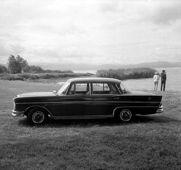 """Heckflossen-Mercedes"" Typ 300 SE Limousine, 1961-1965. (Langenargen am Bodensee)"