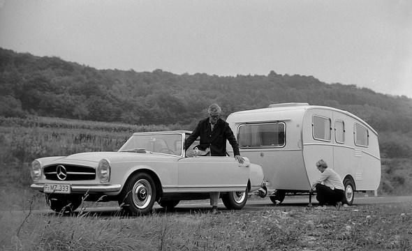 Mercedes-Benz Typ 230 SL mit Dethleffs-Caravan, aus dem Jahre 1963