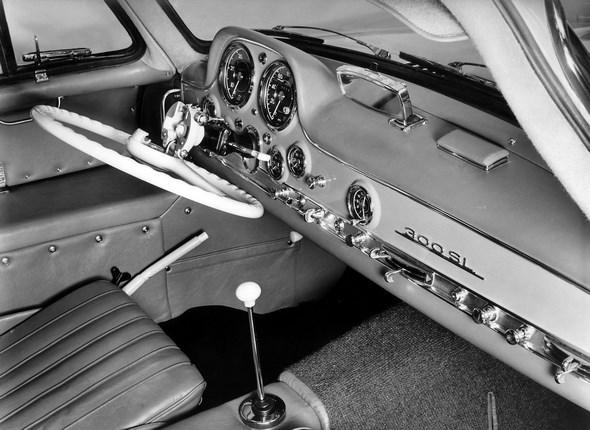 Um den Einstieg zu erleichtern, lässt sich das Lenkrad abklappen. Die Handbremse ist links neben dem Fahrersitz platziert. Für den Beifahrer gibt es einen Extra-Knopf, mit dem er die Hupe betätigen kann.