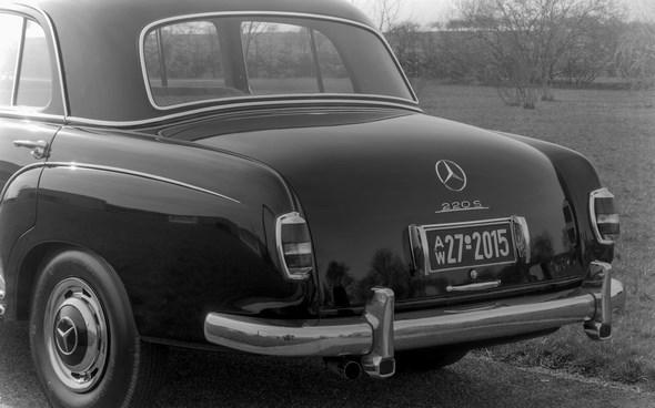 """""""Ponton-Mercedes"""" Typ 220 S, 1956 - 1957 (mit Kennzeichenleuchten der ersten Ausführung)."""