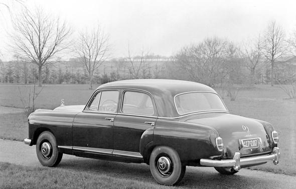 """""""Ponton-Mercedes"""" Typ 219 (mit Kennzeichenleuchten der ersten Ausführung), 1956-1957."""