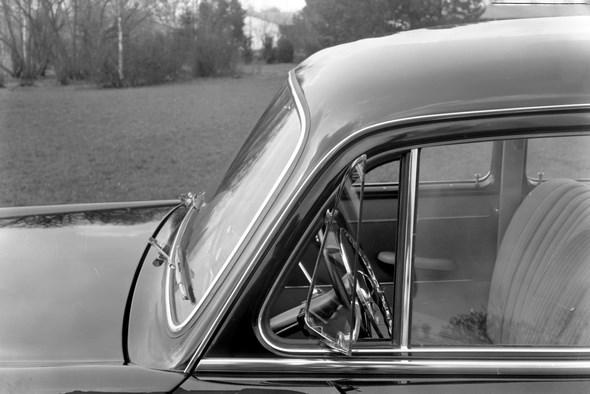 """""""Ponton-Mercedes"""" Typ 219 Ausstellfenster, große Frontscheibe aus Dreischichtglas, Lichthupe und Heizgebläse gehören u. a. zur Serienaustattung, 1956-1959."""