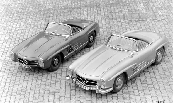 Mercedes-Benz Typ 300 SL Roadster, 1957-1963; links im Bild ein Fahrzeug ohne Stoßstangen für sportlich ambitionierte Kunden
