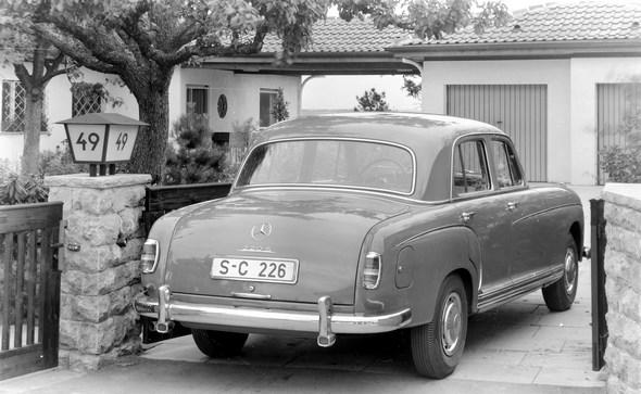 38. Internationale Automobil- Ausstellung, Frankfurt, Mercedes-Benz 220 S, der elegante Innenlenker mit dem rassigen 106 PS 6- Zylindermotor. Ansicht von hinten seitlich