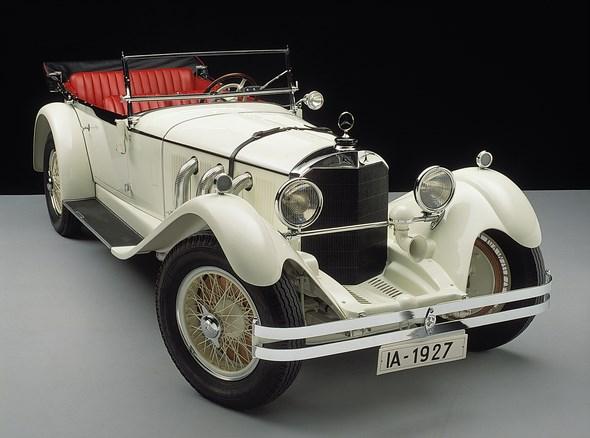 """Der Mercedes-Benz S (für Sport) begründet 1927 eine Reihe von legendären Hochleistungs-Sportwagen, die in den folgenden Jahren die Rennpisten beherrschen werden. Ohne Kompressor stehen 120 PS (88 kW), mit Aufladung offiziell 180 PS (132 kW) zur Verfügung, Werksmotoren kommen auf bis zu 220 PS (162 kW). Das Eröffnungsrennen des damals frisch gebauten Nürburgrings gewinnt Rudolf Caracciola vor Adolf Rosenberger, beide auf Mercedes-Benz S. Die Straßenausführung ist als Fahrgestell für Fremdkarosserien und als Sportviersitzer erhältlich. Der Spitzname """"Weißer Elefant"""" bezieht sich nicht nur auf die Lackierung und die imposanten Maße, sondern auch auf das infernalische Brüllen des Kompressors."""