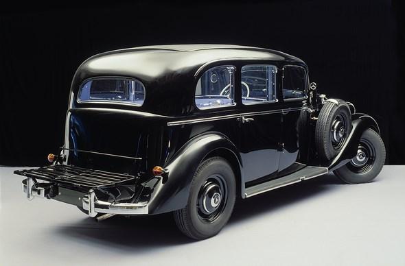 Der erste serienmäßige Diesel-Pkw der Welt, der Mercedes-Benz Typ 260 D (W 138) als geräumige Pullman-Limousine. Die Gepäckbrücke ist auf diesem Bild heruntergeklappt.