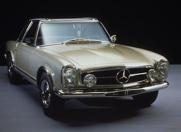 """Mercedes-Benz Typ 230 SL, 1964. - Mercedes-Benz Typ 230 SL, 1964. - Im Jahr 1963 wurde dieser Wagen als Nachfolger des Mercedes-Benz 190 SL vorgestellt. Abgesehen von der hervorragenden Technik und den Leistungen, war das abnehmbare Hardtop ein wichtiges Merkmal, das wegen seiner eigenwilligen Form """"Pagodendach"""" genannt wurde. Es machte den Wagen unverwechselbar und wurde bald zum Synonym für alle Fahrzeugvarianten dieser SL-Baureihe."""