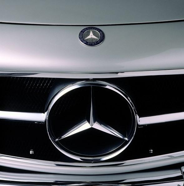 Seit Friedrich Geiger 1953 die neue Kühlermaske für die sportlichen Modelle mit großem Zentralstern etabliert, sind Mercedes-Benz Automobile nicht mehr nur an dem klassischen Spitzkühlergrill zu erkennen. Das neue Gesicht demonstriert im aufkommenden Wirtschaftswunder den selbstbewussten Anspruch dynamischer Sportlichkeit – so wie der 300 SL und der 190 SL. Heute prägt die sportliche Frontansicht mit markantem Zentralstern immer mehr Mercedes-Benz Pkw-Modelle.