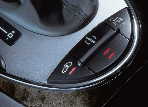 Mercedes-Benz Typ E 500, Limousine der Baureihe 211. Fahrwerkstechnik. Die neue Vierlenker-Vorderachse kombiniert Mercedes-Benz beim Topmodell E 500 serienmäßig mit der AIRMATIC DC.