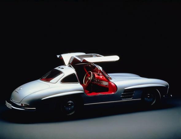 Oft sind Automobile faszinierend, aber selten sind sie auch ein Kunstwerk. Dieser im Studio mit sorgfältig gesetztem Licht fotografierte 300 SL wirkt mit den offenen Flügeltüren wie eine moderne Skulptur.