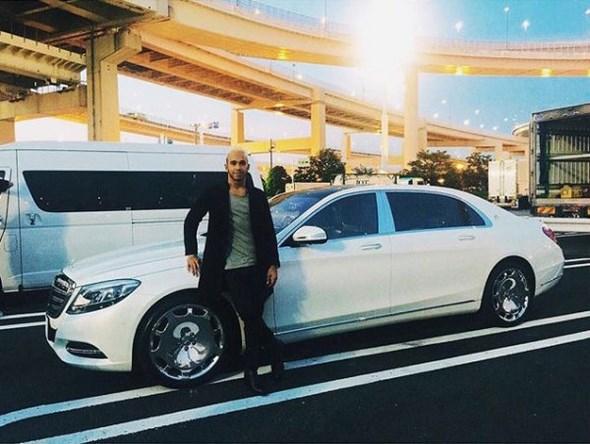 Lewis-Hamilton-Mercedes-Maybach-S6001-600x452