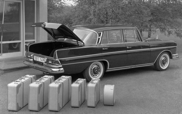 Mercedes-Benz Typ 300 SE der Baureihe W 112 mit geräumigem Kofferraum für großes Reisegepäck, 1961 - 1965. (6-teiliges Kofferset)