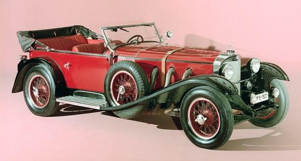 Der Mercedes-Benz SS basiert auf dem Fahrgestell des S. Sein Reihensechszylinder hat jedoch einen auf 7,1 Liter vergrößerten Hubraum. Damit stehen 140 PS (103 kW), mit Aufladung mindestens 200 PS (147 kW) zur Verfügung. Beim Großen Preis von Deutschland für Sportwagen auf dem Nürburgring erzielt der SS einen Dreifachsieg.