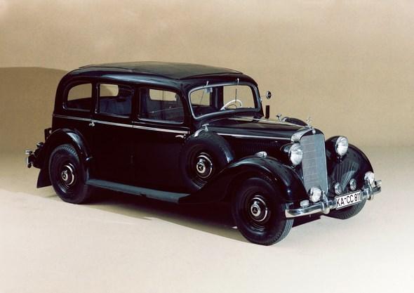 Der Mercedes-Benz 260 D ist 1936 der erste in Serie gebaute Diesel-Personenwagen der Welt. Er überzeugt mit Tugenden, die noch heute für den Diesel sprechen: Er ist robust, zuverlässig und langlebig und besticht außerdem durch seine herausragende Wirtschaftlichkeit. Er verbraucht nicht nur rund vier Liter Kraftstoff je 100 Kilometer weniger als sein Benzinpendant, der Dieselsprit kostet 1936 auch nur etwa die Hälfte. Deshalb ist der 45 PS/33 kW starke Selbstzünder bei Taxifahrern sehr begehrt.