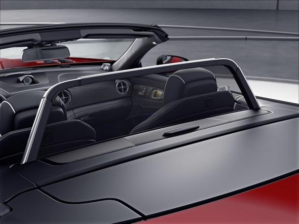 Mercedes-Benz SL. Windschott geöffnet Mercedes-Benz SL. Open draught-stop