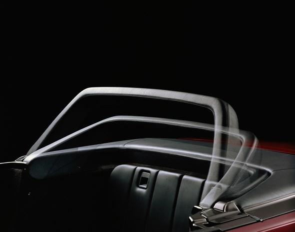 Caption orig.: Im Ruhezustand ist der Sicherheitsbügel, der aus einem U-förmigen, mit Polyurethan-Kunststoff umschäumten hochfesten Stahlrohr besteht, vor dem Verdeckkasten abgelegt. Dabei schließt er den Fond nach hinten ab und bildet mit dem Verdeckk