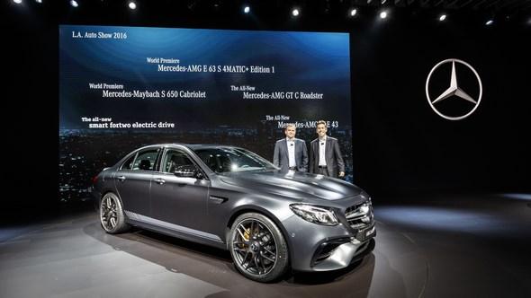 Mercedes-Benz & smart auf der Los Angeles Auto Show 2016: Dietmar Exler, Präsident und CEO von Mercedes-Benz USA und Tobias Moers, Vorsitzender der Geschäftsführung der Mercedes-AMG GmbH, präsentieren den neuen Mercedes-AMG E 63S Edition1.